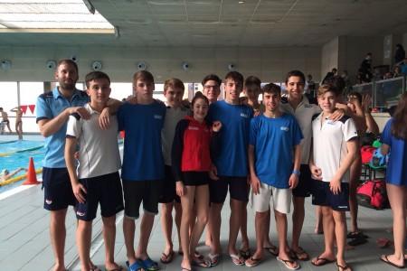 Grupo de nadadores del CNU con su entrenador