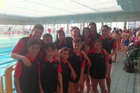 Grupo de nadadores participante cnu