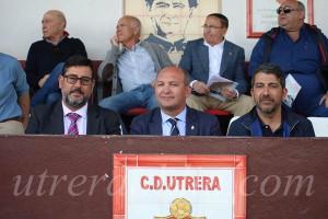 El alcalde, José María Villalobos, se está convirtiendo en asiduo y  talismán del CD Utrera